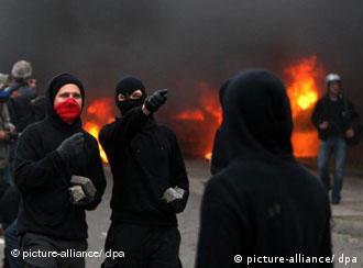 Autonome vor einem brennenden Auto, Quelle: dpa