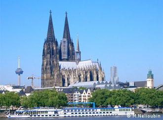 Der Kölner Dom, im Vordergrund ein Schiff auf dem Rhein