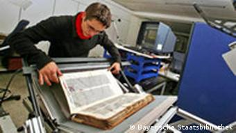 ein Mann beim Einlegen eines Buches in einen Scanner, Quelle: Bayerische Staatsbibliothek