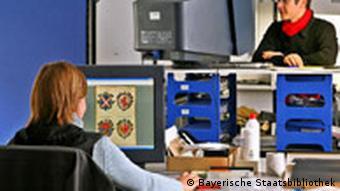 Frau von hinten vor einem Bildschirm mit einer eingesannten Buchseite, Quelle: Bayerische Staatsbibliothek