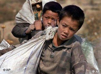 دو کودک کار افغان در ایران