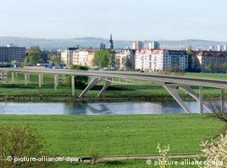 Simulação mostra um dos dois projetos de ponte sobre o Elba