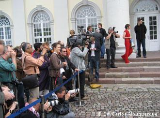 Os fotógrafos, ávidos pelas primeiras imagens oficiais na coletiva de imprensa