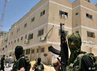 جنجگویان حماس در حمله به مراکز الفتح در تابستان ۲۰۰۷(عکس آرشیوی)