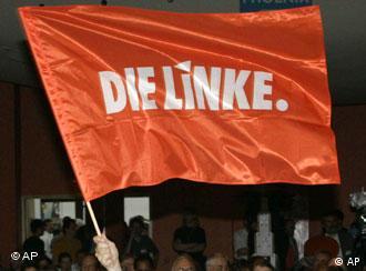Eine Rote Fahne, geschwenkt von einem Sympathisanten der Partei 'Die Linke' Foto: AP