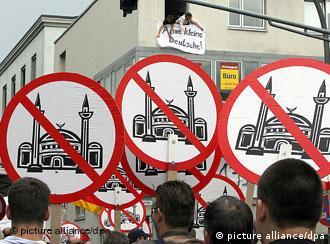 Manifestação contra a construção de uma mesquista em Colônia, na Alemanha