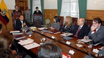 Gespräche mit asüdamerikanischen Wirtschaftsministern unter Leitung von Ecuadors Präsdident Rafael Correa (l.), Quelle: AP