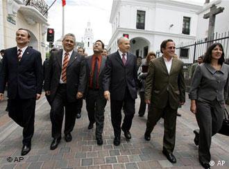 Die Finanzminister (v.l.) von Paraguay (Ernst Bergen), Venezuela (Rodrigo Cabezas), Bolivien (Luis Arce), Brasilien (Guido Mantega), Ecuador (Ricardo Patino) und Argentinien (Felisa Miceli) im Mai 2007, Quelle: AP