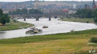 Ein Dampfer fährt auf der Elbe in Dresden. Im Hintergrund die Stadt. (Foto: AP)