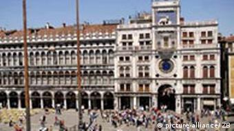 Italien Venedig Markusplatz mitTouristen (picture-alliance/ ZB)
