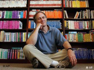 Tim O'Reilly vor einem Bücherregal