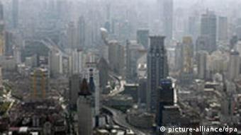 Blick auf die dunstige Skyline von Shanghai (Foto: dpa)