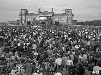 Crowd in front of the Reichstag