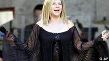 Die US-amerikanische Saengerin Barbra Streisand singt am Samstagabend, 30. Juni 2007, in der Waldbuehne in Berlin. (AP Photo/Fritz Reiss) --- U.S. singer Barbra Streisand performs in Berlin in the Waldbuehne theatre on Saturday, June 30, 2007. (AP Photo/Fritz Reiss)