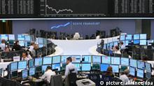 Wie Inseln liegen die Handelsschranken am Dienstag (27.02.2007) im neugestalteten Handelssaal der Wertpapierbörse in Frankfurt am Main. Nach viereinhalb Monaten Umbauarbeiten wurde der traditionelle Handelssaal wieder eröffnet. In dem Saal wurde unter anderem ein neuer Parkettboden verlegt und die Technik erneuert. Die Umbauarbeiten haben Schätzungen zufolge rund fünf Millionen Euro gekostet. Händler und Medien waren während der Arbeiten in andere Räume umgezogen. Ohnehin wird der Aktienhandel in Frankfurt fast ausschließlich über die elektronische Handelsplattform Xetra abgewickelt. Foto: Arne Dedert dpa/lhe +++(c) dpa - Report+++