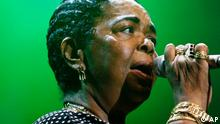 FILE - In this Aug. 10, 2006 file photo, singer Cesaria Evora from Cape Verde Islands performs on the Ella Fitzgerald stage during the Geneva Festival, in Geneva, Switzerland. Evora, who started singing as a teenager in the bayside bars of Cape Verde in the 1950s and won a Grammy in 2003 after she took her African islands music to stages across the world, died Saturday, Dec. 17, 2011. She was 70. (Foto:Keystone/Laurent Gillieron, File/AP/dapd)