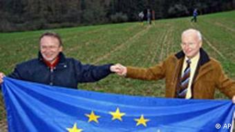 Erich Pipa und Jürgen Michaelis mit EU-Fahne in Gelnhausen
