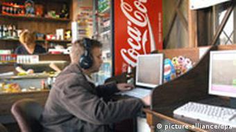 Ein Gast sitzt in einem Internetcafe in der russischen Stadt Kolomna, Quelle: dpa