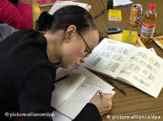 Eine Frau bearbeitet eine Aufgabe in einem Deutschkurs