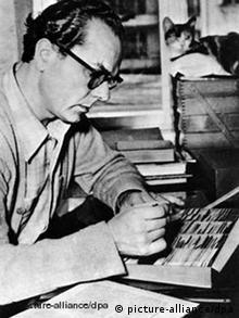 Arno Schmidt (1914-1979) mit seinem Zettelkasten