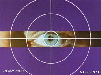 Ein violetter Bildschirm mit einer Zielscheibe, in der Mitte sieht man ein Auge
