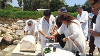 La cérémonie se déroule selon le rite antique.