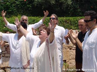 Temple d'Apollon, près d'Athènes. Les adorateurs du dieu solaire lui rendent hommage lors du solstice d'été.