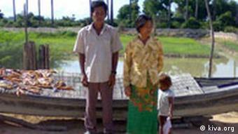 Kiva-Kreditnehmerin mit Ehemann und Kind vor einem Fischerboot, Quelle: Kiva.org