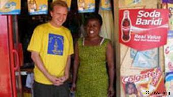 Kiva-Gründer Matt Flannery neben einer Afrikanerin, Quelle: Kiva.org