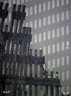 A simetria do horror: destroços das Twin Towers em NY