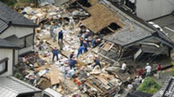 Eingestürztes Haus und Rettungskräfte (Quelle: AP Photo)