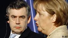 Bundeskanzlerin Angela Merkel, rechts, und der britischen Premierminister Gordon Brown informieren am Montag, 16. Juli 2007, die Medien vor einem Gespraech im Bundeskanzleramt in Berlin. (AP Photo/Markus Schreiber) ---German Chancellor Angela Merkel, right, and British Prnme Minister Gordon Brown brief the media prior to talks at the chancellery in Berlin on Monday, July 16, 2007. (AP Photo/Markus Schreiber)