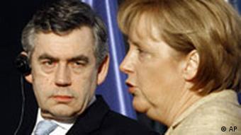 Bundeskanzlerin Angela Merkel, rechts, und der britischen Premierminister Gordon Brown