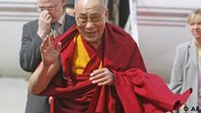 BdT Der Dalai Lama winkt am Donnerstag, 19. Juli 2007, bei seiner Ankunft am Flughafen Fuhlsbuettel in Hamburg. Das geistige Oberhaupt der Tibeter ist zu einem 10-taegigen Besuch in der Hansestadt