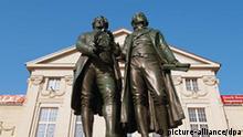 Vor dem Nationaltheater in Weimar steht das bekannte Goethe- und Schiller Denkmal von Ernst Rietschel. Seit 1998 gehört das klassische Weimar zum Unesco Weltkulturerbe. (Undatierte Aufnahme)