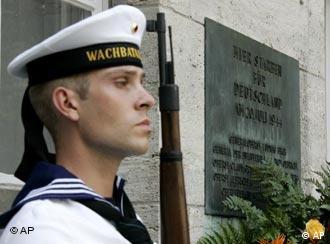 Почетный караул возле мемориала ''Бендлер-блок'' в Берлине