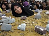 Eine Frau demonstriert gegen Steinigungen im Iran