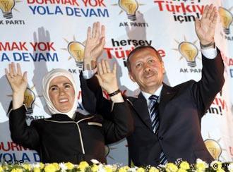 Erdogan festeja a vitória ao lado da esposa Emine