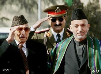 Archivbild: Afghanistans Ex-König Sahir Schah (links) bei der Vereidungszeremonie von Präsident Hamid Karsai (rechts), im Hintergrund ein uniformierter Militär, Quelle: AP