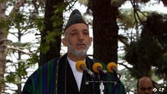 Präsident Hamid Karsai, im Hintergrund ein Enkel des verstorbenen afghanischen Königs, Quelle: AP