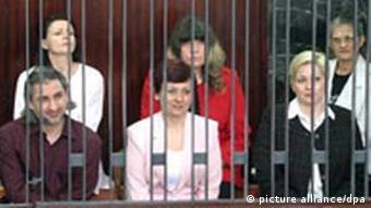 Die fünf bulgarischen Krankenschwestern und der palästinensische Arzt sitzen im Gericht von Tripolis in einem Käfig (Archivfoto vom 11.07.2007, Quelle: dpa)