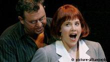 Im Mittelpunkt der Richard-Wagner-Festspiele in Bayreuth steht die Neuinszenierung der Oper Die Meistersinger von Nürnberg: Eva (Amanda Mace) und Hans Sachs (Franz Hawlata) im 2. Akt während der Fotoprobe am 17.07.2007 im Festspielhaus in Bayreuth (Oberfranken). Foto: Daniel Karmann dpa/lby +++(c) dpa - Report+++