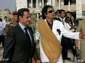 Der französische Präsident Sarkozy (l.) bei Libyens Staatschef Muammar Gaddafi, Quelle: AP