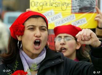 Türkiye'de 8 Mart Dünya Kadınlar Günü'nde gösteri düzenleyen kadınlar