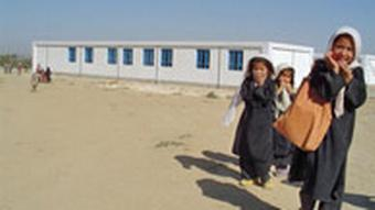 Mädchen vor Schule in Laclacond, Afghanistan