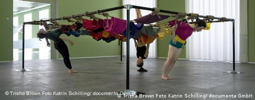 Dancers attached to a frame (Trisha Brown Foto Katrin Schilling/ documenta GmbH)