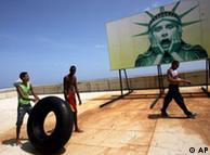 Una caricatura sobre la Estatua de la Libertad se ve en el Malecón en La Habana.