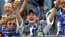 Bier trinkender und singender Schalke-Fan in Halle