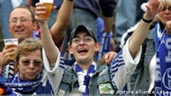 Футбольні фани не можуть без пива: ані перед телевізором, ані на стадіоні