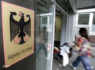 Poszukując zatrudnienia należy odwiedzić agencję pracy - foto: AP, dw-world.de